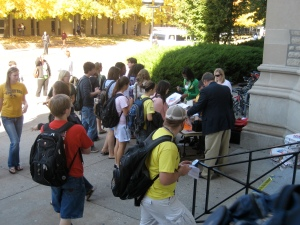 MU students grab free pizza in front of Memorial Union. The Arts & Sciences Student Council and Alumni offered the pizza to those who had voted.
